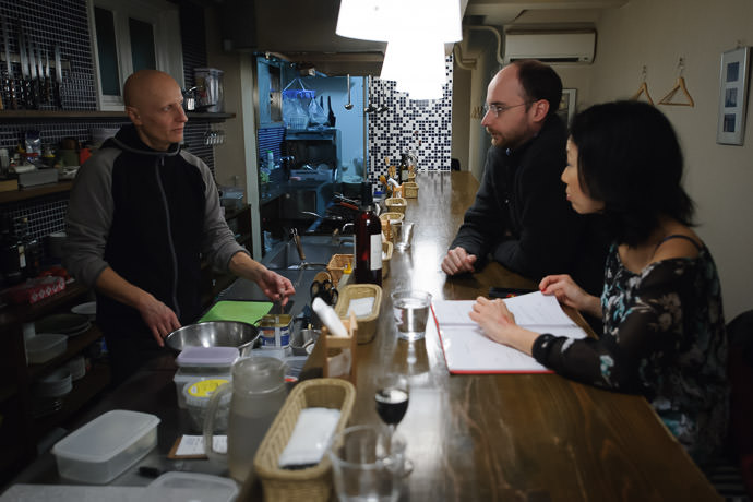 Chatting with Salvo Via Transito Italian Restaurant -- Kyoto, Japan -- Copyright 2015 Jeffrey Friedl, http://regex.info/blog/