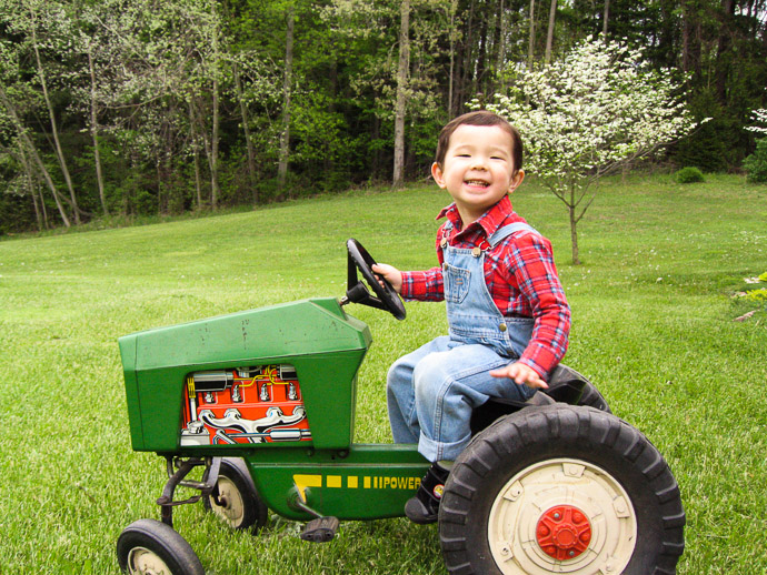 The Happy Farmer Boy Anthony at 2½ (in Ohio at the time) — May 2005 -- Copyright 2005 Jeffrey Friedl, http://regex.info/blog/