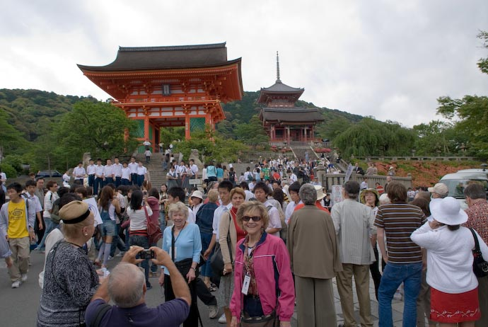 Bustling Entrance to the Kiyomizu Temple -- Kyoto, Japan -- Copyright 2007 Jeffrey Eric Francis Friedl, http://regex.info/blog/