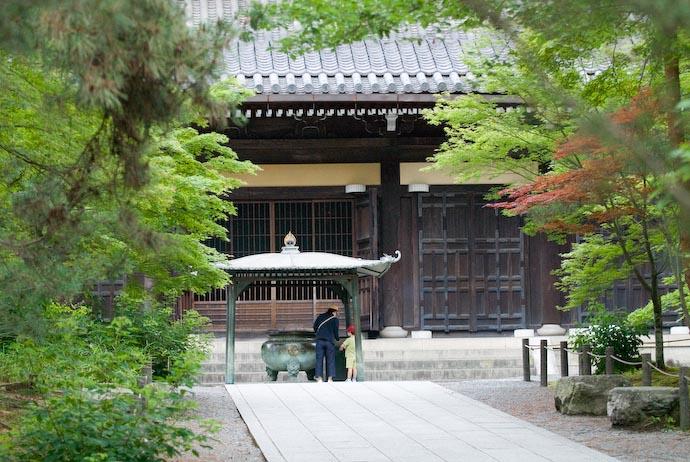 Placing Incense -- Kyoto, Japan -- Copyright 2007 Jeffrey Eric Francis Friedl, http://regex.info/blog/