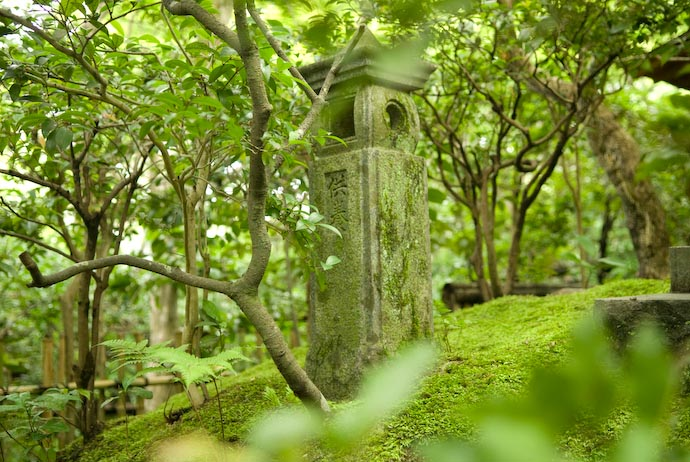 Small Stone Lantern -- Kyoto, Japan -- Copyright 2007 Jeffrey Eric Francis Friedl, http://regex.info/blog/