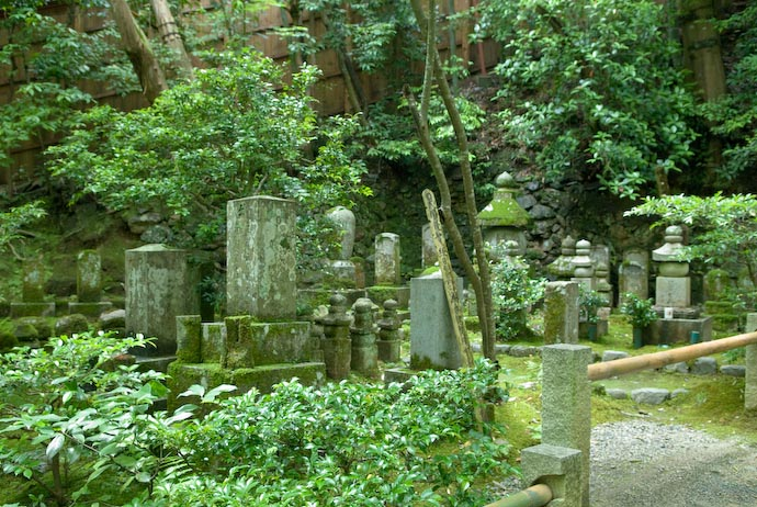 Small Cemetery -- Kyoto, Japan -- Copyright 2007 Jeffrey Eric Francis Friedl, http://regex.info/blog/
