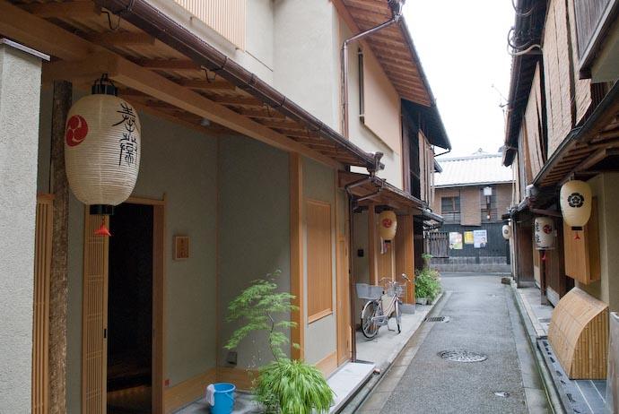Quaint Little Street -- Kyoto, Japan -- Copyright 2007 Jeffrey Eric Francis Friedl, http://regex.info/blog/