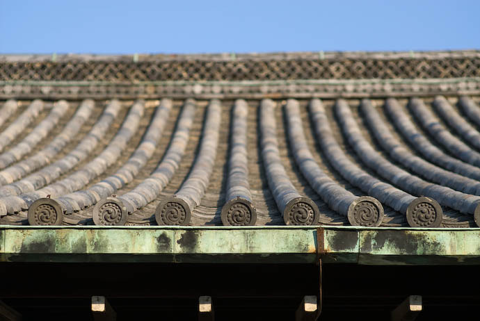 Roof -- Kyoto, Japan -- Copyright 2007 Jeffrey Eric Francis Friedl, http://regex.info/blog/