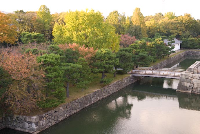 desktop background image of inner moat and west grove of Kyoto -- Nikon D200 + Nikkor 17 -55 f/2.8 @ 30mm — 1 / 640 sec, f/2.8, ISO 500 — map & image data — nearby photos Nijo Castle — Inner Moat -- Kyoto, Japan -- Copyright 2007 Jeffrey Eric Francis Friedl, http://regex.info/blog/