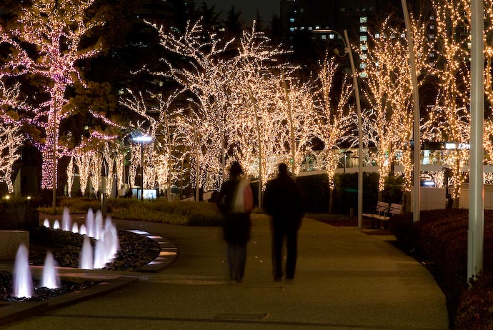 "Evening Stroll Roppongi Hills ""Middtown Garden"" Park -- Roppongi, Tokyo, Japan -- Copyright 2008 Jeffrey Eric Francis Friedl, http://regex.info/blog/"
