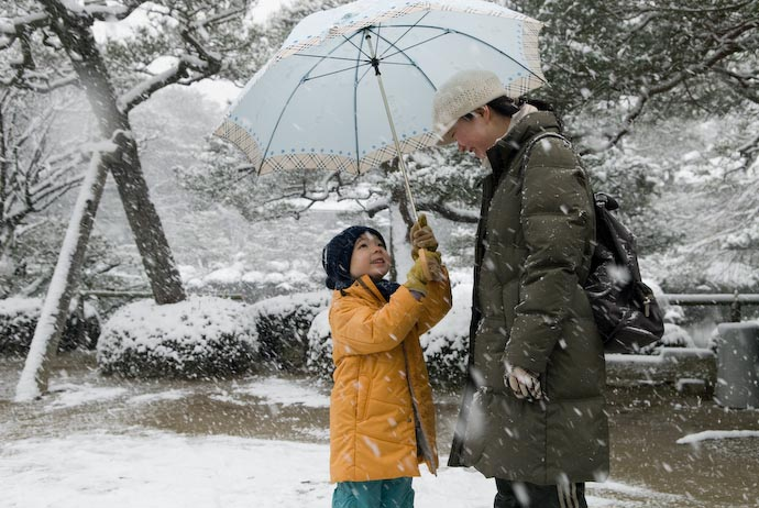 Protecting Mommy from the Snowflakes -- Kyoto, Japan -- Copyright 2008 Jeffrey Eric Francis Friedl, http://regex.info/blog/