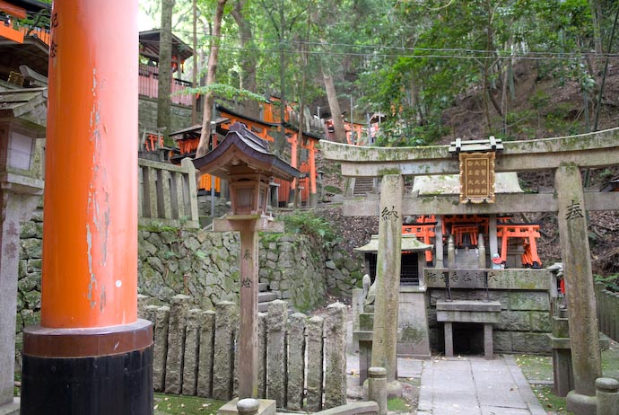 Plenty of Sub-Shrines Along the Way -- Kyoto, Japan -- Copyright 2008 Jeffrey Eric Francis Friedl, http://regex.info/blog/