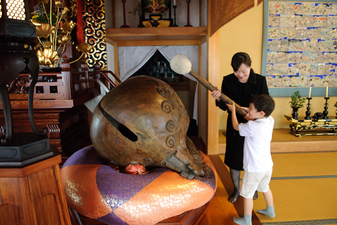 Bonking The Biggest Mokugyou in the World two years ago at the Youkouji Temple, Kyoto Japan when Anthony was 5½ years old -- Copyright 2008 Jeffrey Eric Francis Friedl, http://regex.info/blog/
