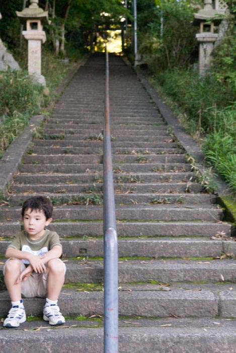 Waiting for Gen before having a riceball that Zak brought, then heading up the stairs -- Otsu, Shiga, Japan -- Copyright 2008 Jeffrey Eric Francis Friedl, http://regex.info/blog/