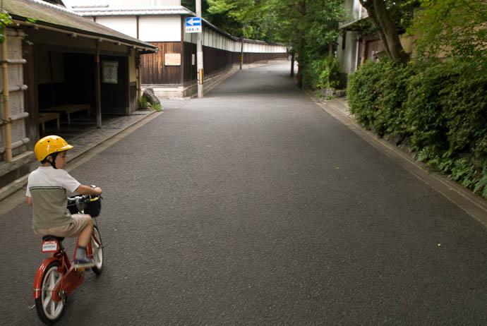 Anthony Riding Toward Murin'an -- Kyoto, Japan -- Copyright 2008 Jeffrey Eric Francis Friedl, http://regex.info/blog/