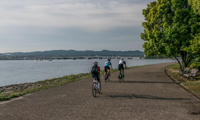 Bottom of the Lake 6:35 AM (+1h 8m) - 16 km (10.0 miles) taken while cycling at 19 kph (12 mph) -- Otsu, Shiga, Japan -- Copyright 2015 Jeffrey Friedl, http://regex.info/blog/
