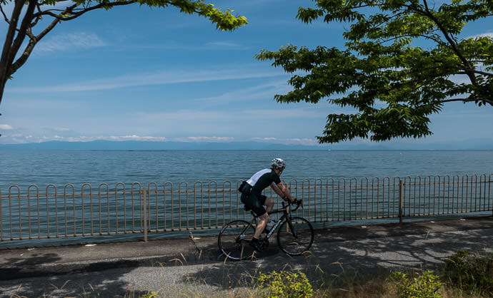 Right Along the Lake 9:53 AM (+4h 26m) - 78 km (48.7 miles) taken while cycling at 27 kph (17 mph) -- Hikone, Shiga, Japan -- Copyright 2015 Jeffrey Friedl, http://regex.info/blog/