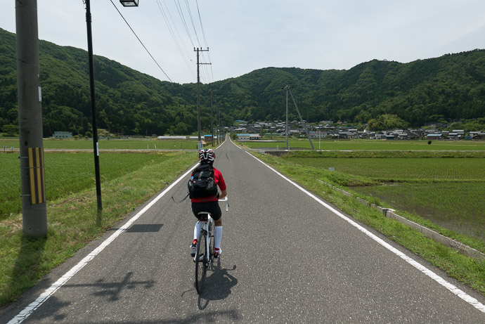 Heading Into the Mountains 12:40 PM (+7h 14m) - 120 km (74.4 miles) taken while cycling at 19 kph (12 mph) -- Nagahama, Shiga, Japan -- Copyright 2015 Jeffrey Friedl, http://regex.info/blog/