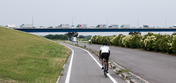 Stuck in Traffic 渋滞 8:42 AM (+1h 12m) - 33 km (20.6 miles) taken while cycling at 28 kph (17 mph) -- Neyagawa, Osaka, Japan -- Copyright 2015 Jeffrey Friedl, http://regex.info/blog/