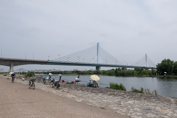Gone Fishing 9:01 AM (+1h 32m) - 43 km (26.5 miles) taken while cycling at 32 kph (20 mph) -- Osaka, Japan -- Copyright 2015 Jeffrey Friedl, http://regex.info/blog/