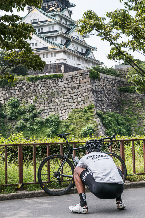 Typical Photo Squat -- Osaka Castle (大阪城) -- Osaka, Japan -- Copyright 2015 Jeffrey Friedl, http://regex.info/blog/