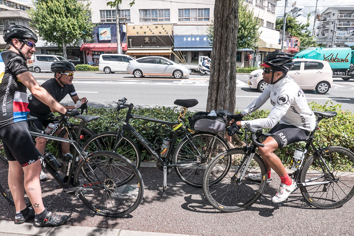 Shooting the Breeze prior to the ride -- Kyoto, Japan -- Copyright 2015 Jeffrey Friedl, http://regex.info/blog/