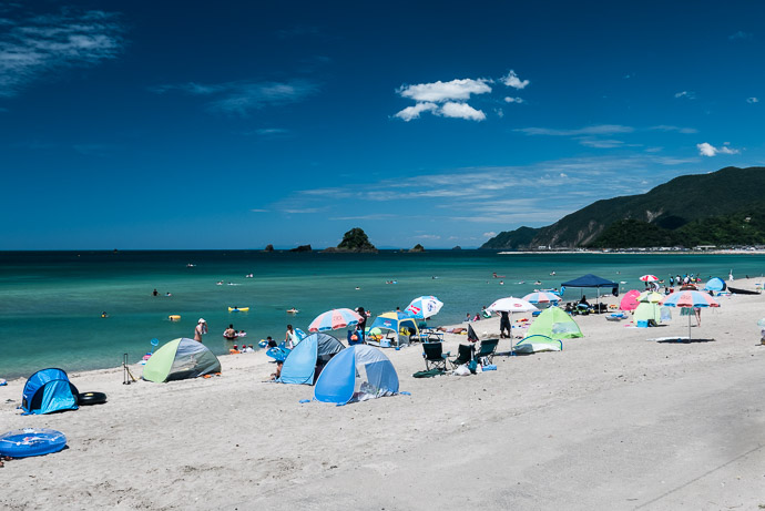 Surprisingly Uncrowded Torihama Beach, Takahama Village, Fukui Prefecture (福井県高浜町 の 鳥居浜) 1:23 pm (from start: 8h 59m / 106 km / 66.1 miles) -- Torihama Beach (鳥居浜海水浴場) -- Takahama, Fukui, Japan -- Copyright 2015 Jeffrey Friedl, http://regex.info/blog/