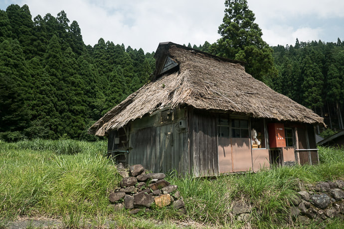 Abandoned House taken while moving at 32 kph (20 mph) -- Takashima, Shiga, Japan -- Copyright 2015 Jeffrey Friedl, http://regex.info/blog/