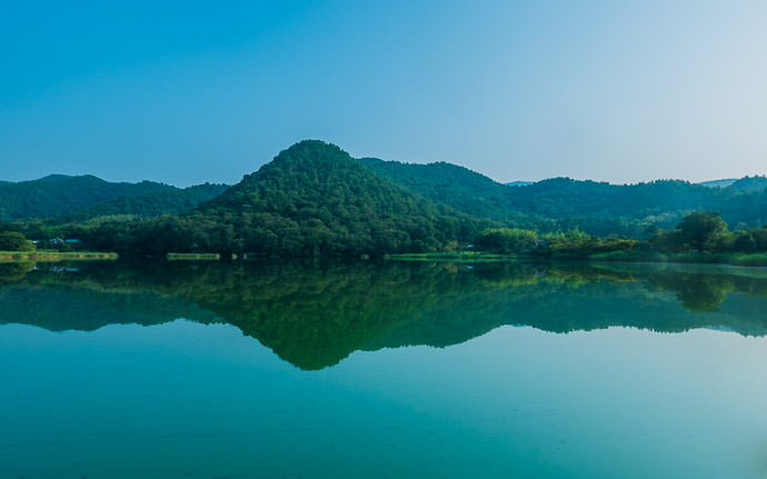 desktop background image of a peaceful view of Hirosawa-no-ike Lake (広沢池), Kyoto Japan -- Morning Calm Hirosawa-no-ike Lake (広沢池), Kyoto Japan -- Hirosawa-no-ike (広沢池) -- Copyright 2015 Jeffrey Friedl, http://regex.info/blog/ -- This photo is licensed to the public under the Creative Commons Attribution-NonCommercial 4.0 International License http://creativecommons.org/licenses/by-nc/4.0/ (non-commercial use is freely allowed if proper attribution is given, including a link back to this page on http://regex.info/ when used online)