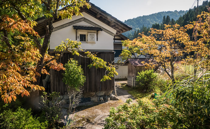 A Bit of Fall Colors at this house in the village -- Kyoto, Japan -- Copyright 2015 Jeffrey Friedl, http://regex.info/blog/ -- This photo is licensed to the public under the Creative Commons Attribution-NonCommercial 4.0 International License http://creativecommons.org/licenses/by-nc/4.0/ (non-commercial use is freely allowed if proper attribution is given, including a link back to this page on http://regex.info/ when used online)