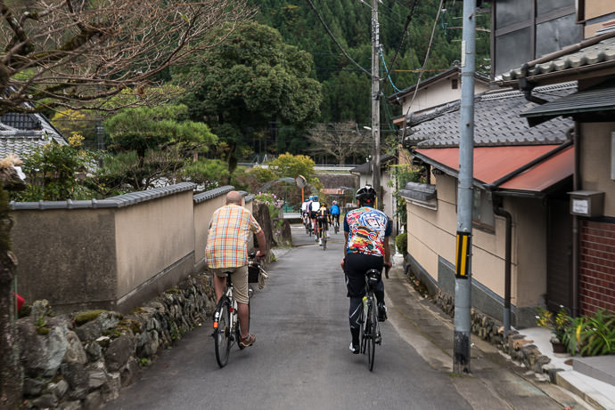 Heading Down Through the Village taken while riding at 20 kph (12 mph) -- Kyoto, Japan -- Copyright 2015 Jeffrey Friedl, http://regex.info/blog/