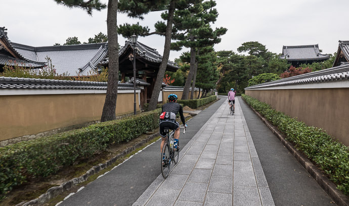 Back in the City passing through the Shokoku-ji Temple (相国寺) complex -- Kyoto, Japan -- Copyright 2015 Jeffrey Friedl, http://regex.info/blog/