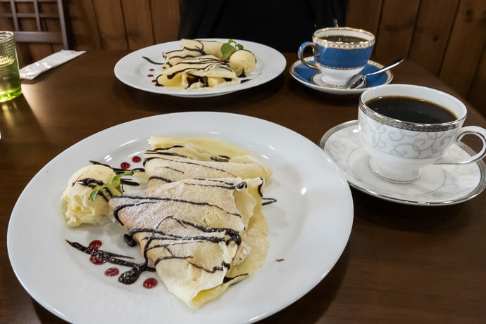 Just Desserts coffee + choco-bannana crepe -- Cafe Morning Glory -- Kyoto, Japan -- Copyright 2015 Jeffrey Friedl, http://regex.info/blog/