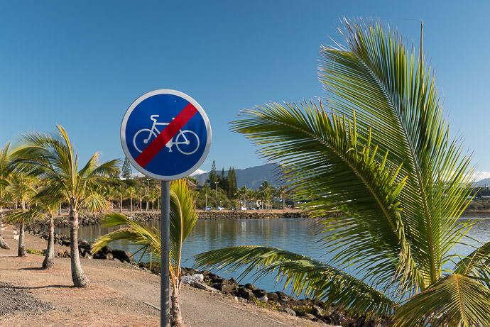 What Do I Mean ? クイズ :このニューカレドニアの交通標識はどういう意味でしょうか? road sign in Nouméa, New Caledonia -- Nouméa, South, New Caledonia -- Copyright 2015 Jeffrey Friedl, http://regex.info/blog/2015-12-15/2657 -- This photo is licensed to the public under the Creative Commons Attribution-NonCommercial 4.0 International License http://creativecommons.org/licenses/by-nc/4.0/ (non-commercial use is freely allowed if proper attribution is given, including a link back to this page on http://regex.info/ when used online)