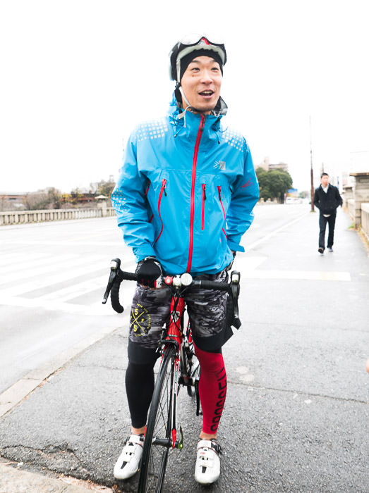 Ken-chan Shows Up wearing his mountain-running clothes, along with real cycling shoes -- Kyoto, Japan -- Copyright 2015 Jeffrey Friedl, http://regex.info/blog/
