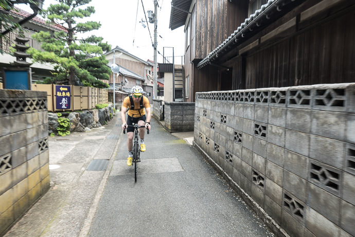 City Back Alleys 12:00pm - taken while cycling at 17 kph (11 mph) -- Ōi-gun -- Kyoto, Japan -- Copyright 2016 Jeffrey Friedl, http://regex.info/blog/