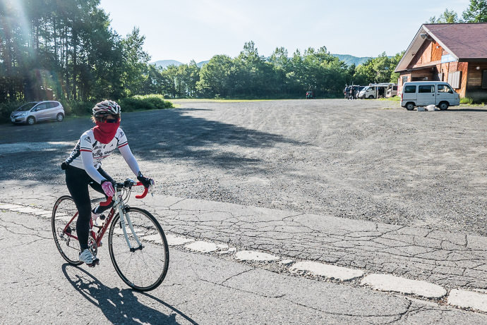Newest Rider Yoriko is doing a 1,235m (4,000') climb after only four months of riding (the red scarf is to avoid the sun) -- Mt. Norikura (乗鞍岳) -- Matsumoto, Nagano, Japan -- Copyright 2016 Jeffrey Friedl, http://regex.info/blog/
