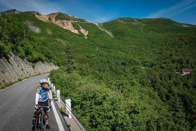 Enjoying the View 8:25am -- Mt. Norikura (乗鞍岳) -- Matsumoto, Nagano, Japan -- Copyright 2016 Jeffrey Friedl, http://regex.info/blog/
