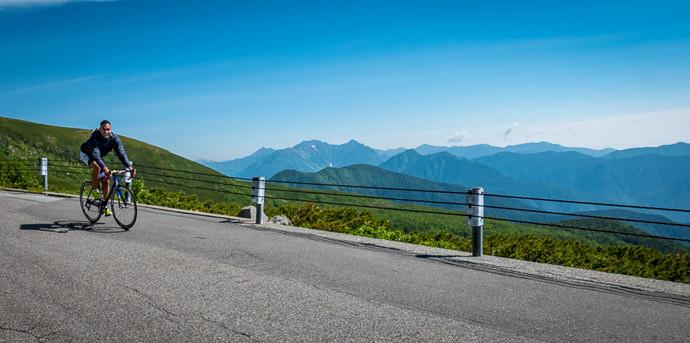 Iago Returns 8:47am - taken while cycling at 12 kph (8 mph) -- Mt. Norikura (乗鞍岳) -- Matsumoto, Nagano, Japan -- Copyright 2016 Jeffrey Friedl, http://regex.info/blog/
