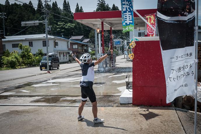 Manseki Cools Down 11:28am -- Takayama, Gifu, Japan -- Copyright 2016 Jeffrey Friedl, http://regex.info/blog/