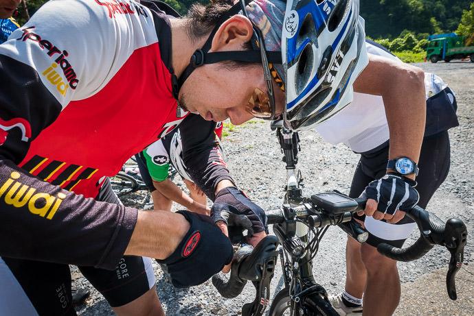 Not So Fast Yoshiyuki works on Manseki's bike -- Takayama, Gifu, Japan -- Copyright 2016 Jeffrey Friedl, http://regex.info/blog/
