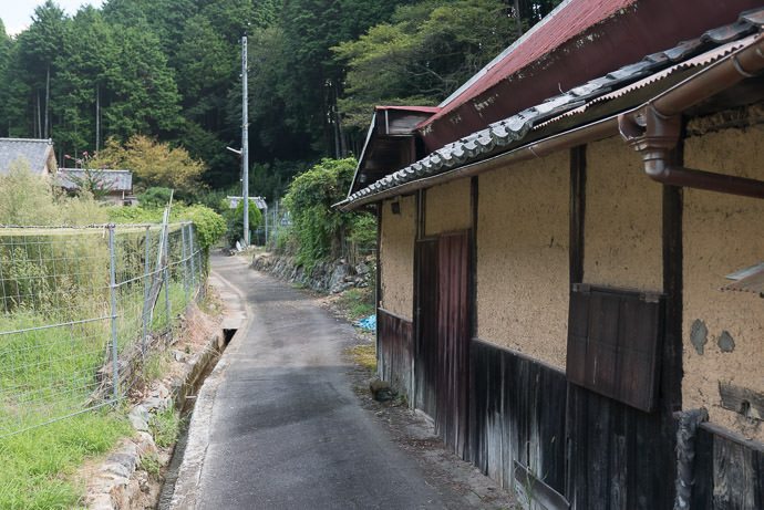 Laid Back Little Lane -- Uji, Kyoto, Japan -- Copyright 2016 Jeffrey Friedl, http://regex.info/blog/ -- This photo is licensed to the public under the Creative Commons Attribution-NonCommercial 4.0 International License http://creativecommons.org/licenses/by-nc/4.0/ (non-commercial use is freely allowed if proper attribution is given, including a link back to this page on http://regex.info/ when used online)