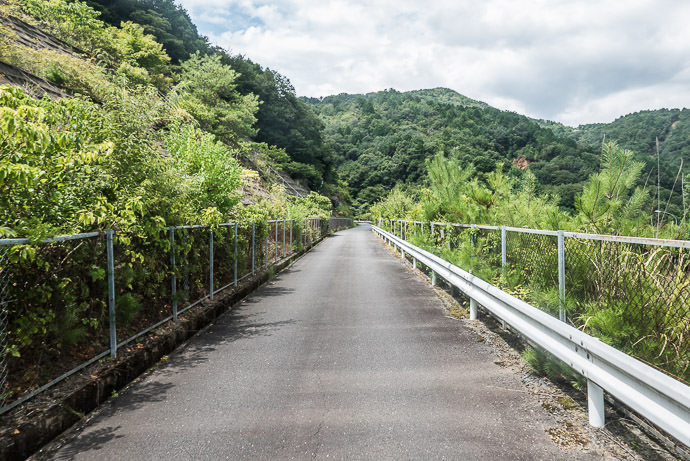 Lonely Road part of my velodrome loop -- Uji, Kyoto, Japan -- Copyright 2016 Jeffrey Friedl, http://regex.info/blog/ -- This photo is licensed to the public under the Creative Commons Attribution-NonCommercial 4.0 International License http://creativecommons.org/licenses/by-nc/4.0/ (non-commercial use is freely allowed if proper attribution is given, including a link back to this page on http://regex.info/ when used online)