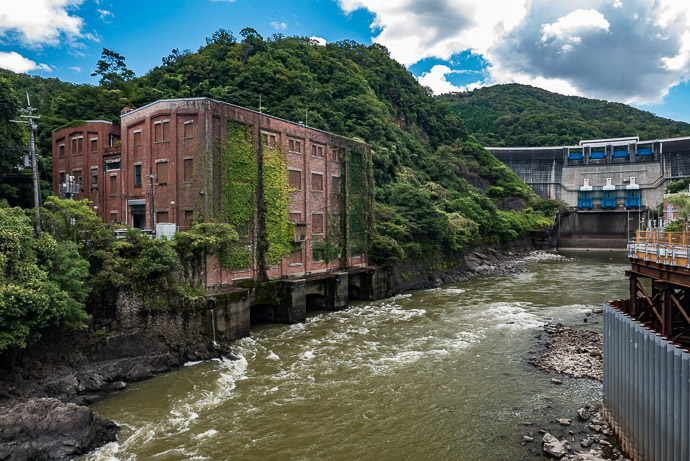 Amagase Dam 天ヶ瀬ダム and an old building -- Uji, Kyoto, Japan -- Copyright 2016 Jeffrey Friedl, http://regex.info/blog/