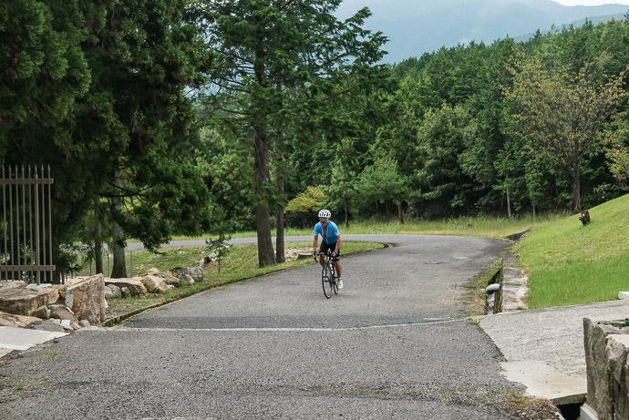 Manseki Finishing the Myodokai Climb 妙道会のHCの終点 1.7km @ 8% -- Otsu, Shiga, Japan -- Copyright 2016 Jeffrey Friedl, http://regex.info/blog/