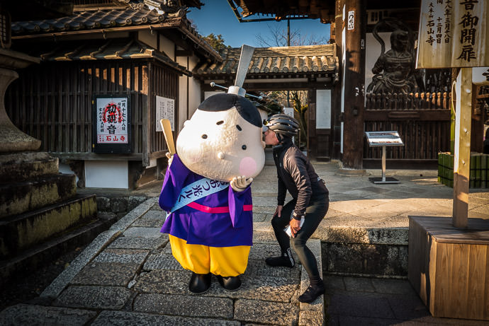 Manseki and his New Friend at the Ishiyama-dera Temple (石山寺) Otsu, Japan this past January / 今年の一月 -- Ishiyamadera (石山寺) -- Otsu, Shiga, Japan -- Copyright 2016 Jeffrey Friedl, http://regex.info/blog/