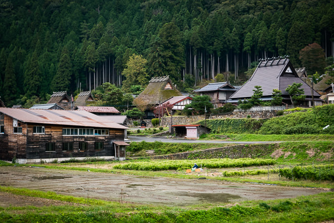 Passing Through Miyama 美山 -- Miyama, Kyoto, Japan -- Copyright 2016 Jeffrey Friedl, http://regex.info/blog/ -- This photo is licensed to the public under the Creative Commons Attribution-NonCommercial 4.0 International License http://creativecommons.org/licenses/by-nc/4.0/ (non-commercial use is freely allowed if proper attribution is given, including a link back to this page on http://regex.info/ when used online)
