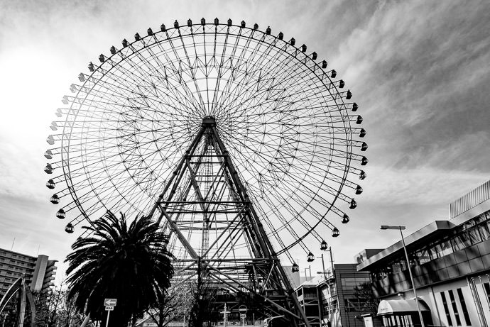 Wheel -- Mt. Tempo Park (天保山公園) -- Osaka, Japan -- Copyright 2017 Jeffrey Friedl, http://regex.info/blog/ -- This photo is licensed to the public under the Creative Commons Attribution-NonCommercial 4.0 International License http://creativecommons.org/licenses/by-nc/4.0/ (non-commercial use is freely allowed if proper attribution is given, including a link back to this page on http://regex.info/ when used online)