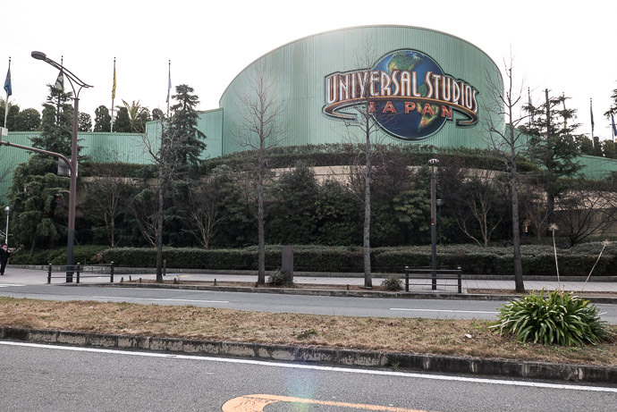 Passing By Universal Studios -- Osaka, Japan -- Copyright 2017 Jeffrey Friedl, http://regex.info/blog/ -- This photo is licensed to the public under the Creative Commons Attribution-NonCommercial 4.0 International License http://creativecommons.org/licenses/by-nc/4.0/ (non-commercial use is freely allowed if proper attribution is given, including a link back to this page on http://regex.info/ when used online)