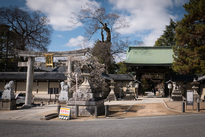 Little-Used Side Entrance -- Kitano Tenman-gu Shrine (北野天満宮) -- Kyoto, Japan -- Copyright 2017 Jeffrey Friedl, http://regex.info/blog/ -- This photo is licensed to the public under the Creative Commons Attribution-NonCommercial 4.0 International License http://creativecommons.org/licenses/by-nc/4.0/ (non-commercial use is freely allowed if proper attribution is given, including a link back to this page on http://regex.info/ when used online)