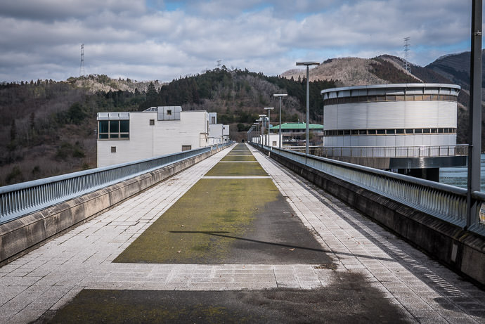 Dam-Top Road -- Hiyoshi Dam (日吉ダム) -- Nantan, Kyoto, Japan -- Copyright 2017 Jeffrey Friedl, http://regex.info/blog/ -- This photo is licensed to the public under the Creative Commons Attribution-NonCommercial 4.0 International License http://creativecommons.org/licenses/by-nc/4.0/ (non-commercial use is freely allowed if proper attribution is given, including a link back to this page on http://regex.info/ when used online)