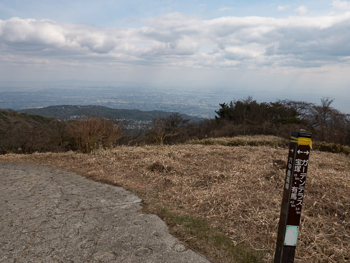 Blah, Hazy View Summit of Mt. Rokko (六甲山山頂) ( better photos last time ) -- Summit of Mt. Rokko (六甲山山頂) -- Kobe, Hyogo, Japan -- Copyright 2017 Jeffrey Friedl, http://regex.info/blog/