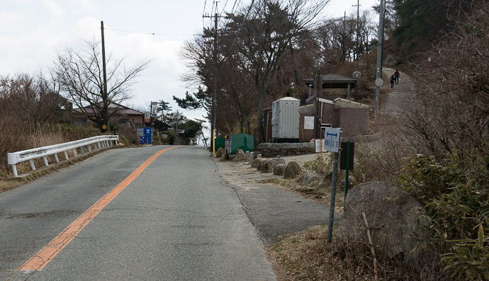 Getting Close to the Top Restaurant at left, final bit of road at right -- Mt Rokko (六甲山) -- Kobe, Hyogo, Japan -- Copyright 2017 Jeffrey Friedl, http://regex.info/blog/