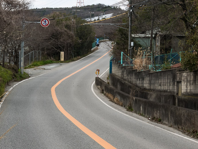 Back to the Grind next climb starts off at 10% -- Namase Bus Stop -- Nishinomiya, Hyogo, Japan -- Copyright 2017 Jeffrey Friedl, http://regex.info/blog/